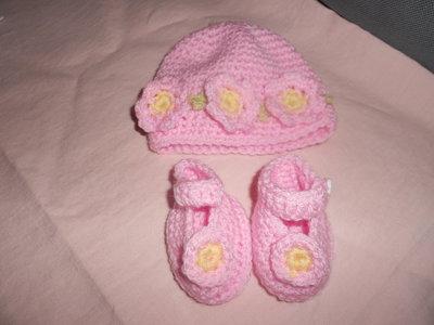 Cappello e scarpine neonata