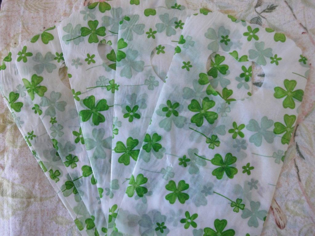 25 bustine plastica bianche con quadrifogli verdi 15x9 cm.