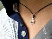 Collana Timone, da uomo fatta in cuoio naturale con piccolo pendente a forma di timone in acciaio, fatto a mano