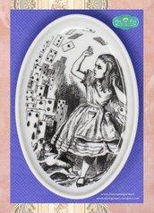 Piattino ovale decorato con la tecnica della fotoceramica con illustrazione di Le avventure di Alice nel paese delle Meraviglie