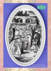 Piattino ovale con illustrazione di Le avventure di Alice nel paese delle Meraviglie decorato con la tecnica della fotoceramica