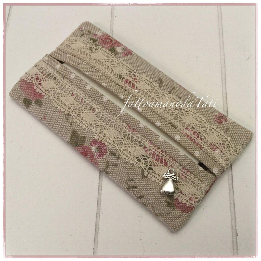 Porta fazzoletti di carta in cotone tinta naturale a fiori rosa ornato di pizzo
