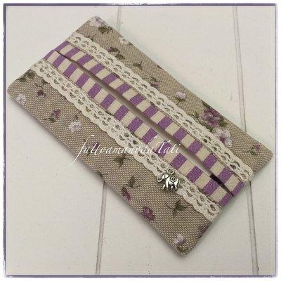 Porta fazzoletti di carta in cotone tinta naturale a fiorellini bianchi e viola ornato di pizzo