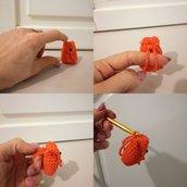 Zaino arancione portachiavi fatto a mano in puro cotone con anello e catena in acciaio, portachiavi ad uncinetto,