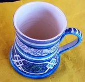 Boccale per birra di ceramica decorata a mano con motivi blu su fondo bianco