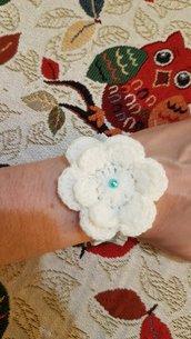 Braccialetto elastico con fiore ad uncinetto