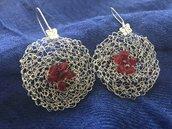 Orecchini pendenti con cristalli rossi