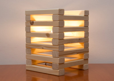 Lampada in legno da tavolo, fatta a mano, con listelli di abete e rifinita a cera!