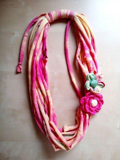 collana Boho tessuto e uncinetto con fiori e bottoni vintage - gioiello tessile - collana lunga cotone - collana estate