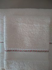 Set asciugamani in morbida spugna con merletto ricamato e piegoline lungo il lato