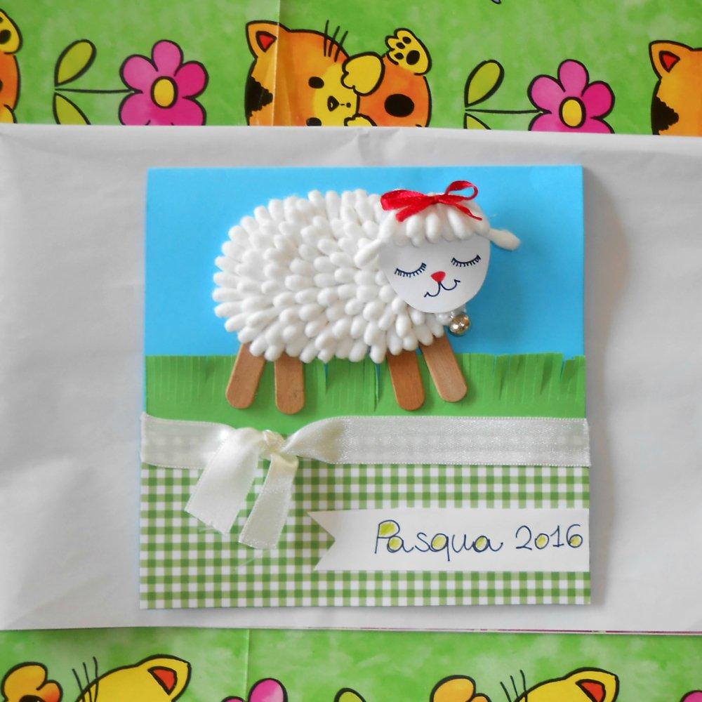 Agnello di cotton fioc su prato • Biglietto di Pasqua