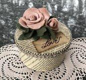 Scatola di legno ricoperta in carta libro antico e rose