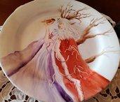 Piatto porcellana fantasy dipinto a mano del diametro di cm 24 con 3 saponi artigianali in omaggio