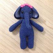 Elefante blu amigurumi fatto a mano all'uncinetto con corona di fiori