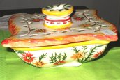 Scatola portagioie con tappo di ceramica, forma quadrata, modellata a mano, decorata a colori vivaci