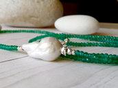 Collana artigianale lunga e sottile realizzata con pietre di Onice verde, verde smeraldo e di lato una perla d'acqua dolce bianca Barocca. Fatto a mano. Made in Italy. Spedizione gratuita