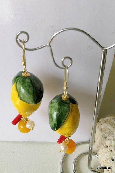 """Orecchini """"Limoni"""" in ceramica di Caltagirone decorata a mano,agata, perla,corallo,argento 925 placcato oro.Made in sicily Fatto a mano."""