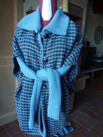 Mantella in tessuto di lana con coprispalle in lana misto caschmere