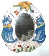 Specchio ovale con cornice di ceramica a puzzle e motivi di 2 gatti innamorati fiori e foglie in rilievo