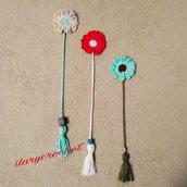 Coppia di segnalibri a forma di  fiore all'uncinetto