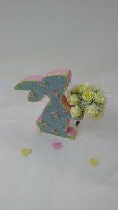 Coniglietta con un mazzo di rose gialle
