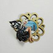 Ciondolo con miniatura in Argilla modellata a mano