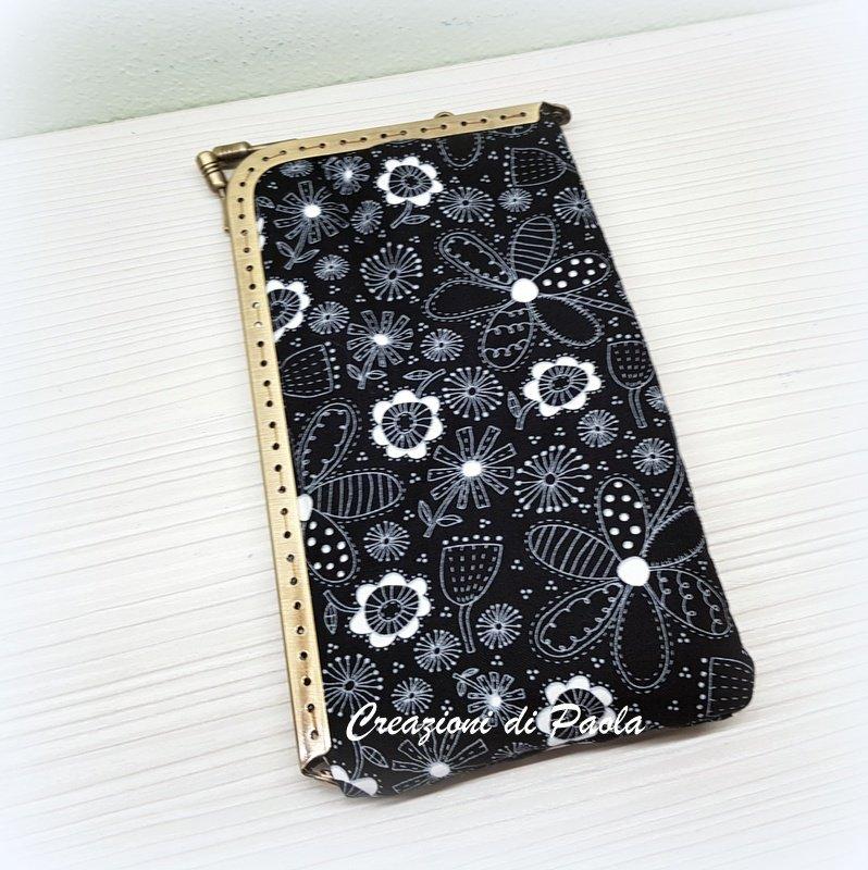 Portacellulare con chiusura metallica e stoffa nera con fiori bianchi