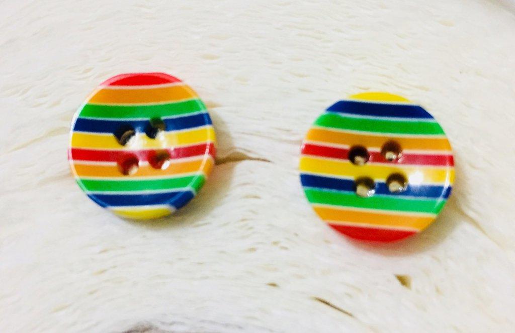 Orecchini alegri colorati a lobo fatti con i bottoni