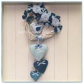 Cuore/fiocco nascita in vimini con roselline,uccellino e tre cuori sui toni azzurro/blu