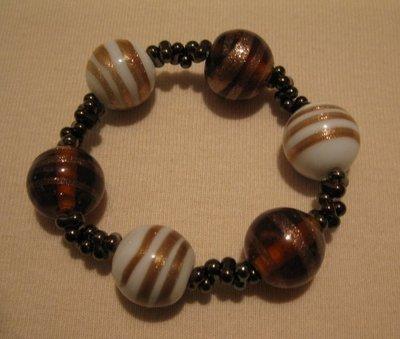 Bracciale elastico con perle in vetro marroni bronzo e bianche