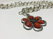collana in alluminio con ciondolo a forma di fiore con inserti in corallo