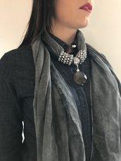 foulard gioiello grigio con gioiello in pietra fredda