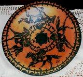Piatto in monocottura di ceramica lucidato a cera decorato modellato a mano di creta rossa e nera