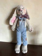Teo il coniglietto con salopette in jeans