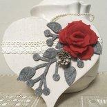 Cuore di legno shabby chic da appendere con rosa rossa e ramage grigio, cuore da appendere, cuore e rosa
