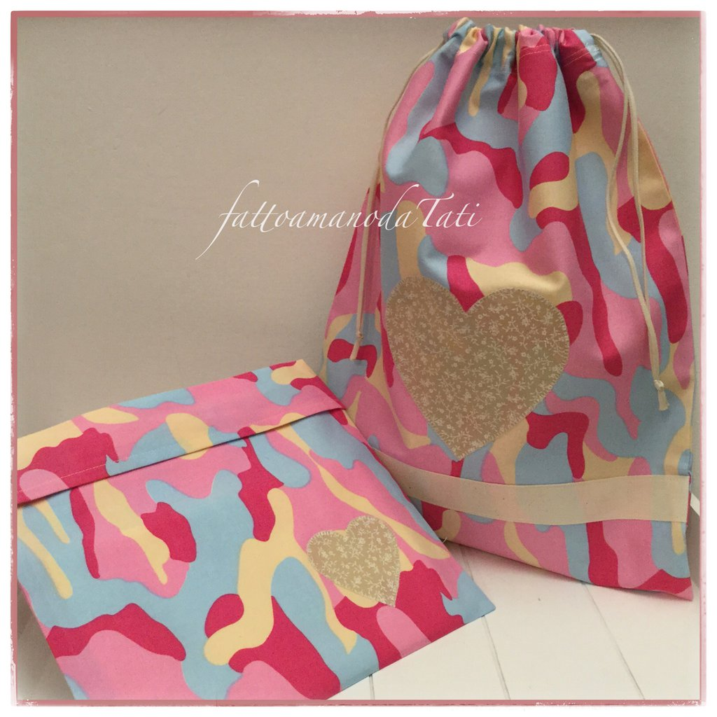 Sacchetto asilo in cotone camouflage rosa,beige ed azzurro con cuore applicato e busta coordinata