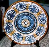Piatto unico murale di maiolica con motivi del 400, si sviluppano in 4 corone circolari diverse tra loro