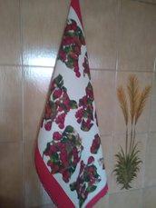 Ascigapiatti di cotone a fantasia bianco e bordeaux, con bordo realizzato a uncinetto   con filato sfumato