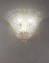 Applique in stile moderno, realizzata in vetro soffiato di Murano, color trasparente e bianco, realizzata interamente a mano