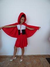 Costume - un cappello rosso, un completo da bambino, un completo - una gonna di elastico, una blusa elastica, una cintura corsetto e un mantello di cotone.