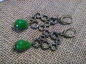 Orecchini in metallo brunito con gocce di pietra dura verde.