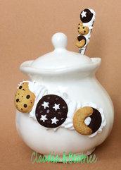 Zuccheriera con cucchiaino decorati a mano con biscotti in fimo. Idea regalo