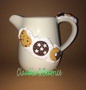 Lattiera in ceramica decorata con biscotti fatti a mano in fimo. Idea regalo.