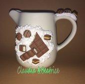 Lattiera in ceramica decorata con barrette di ciccolata tipo Kinder fatte a mano in fimo. Idea regalo.