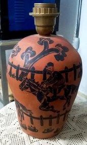 Lampada da tavolo di ceramica rossa, monocottura lucidata a cera con motivi neri di cavalli