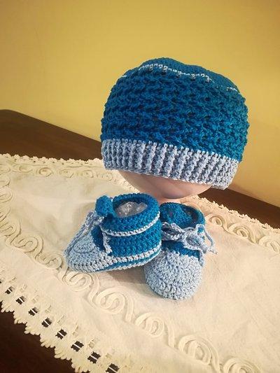 Completo cappello e scarpette in cotone.