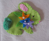 SPILLA da donna.Accessorio primaverile-Coniglio con fiori,perle,pon pon.Decorazione di Pasqua.Bomboniera.Perfetto per cappelli,borse,sciarpe