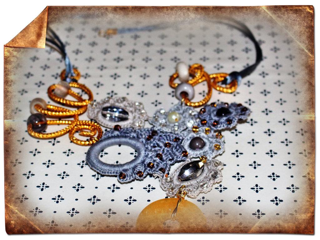 collier uncinetto cotone perle e pitra dura e metalli re sole