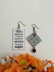 Orecchini di carta in bianco e nero con citazione e perla nera