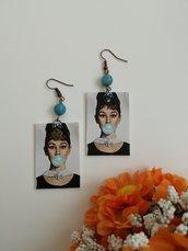 Orecchini di carta pendenti Haudrey Hepburn con perla di pietra dura azzurra